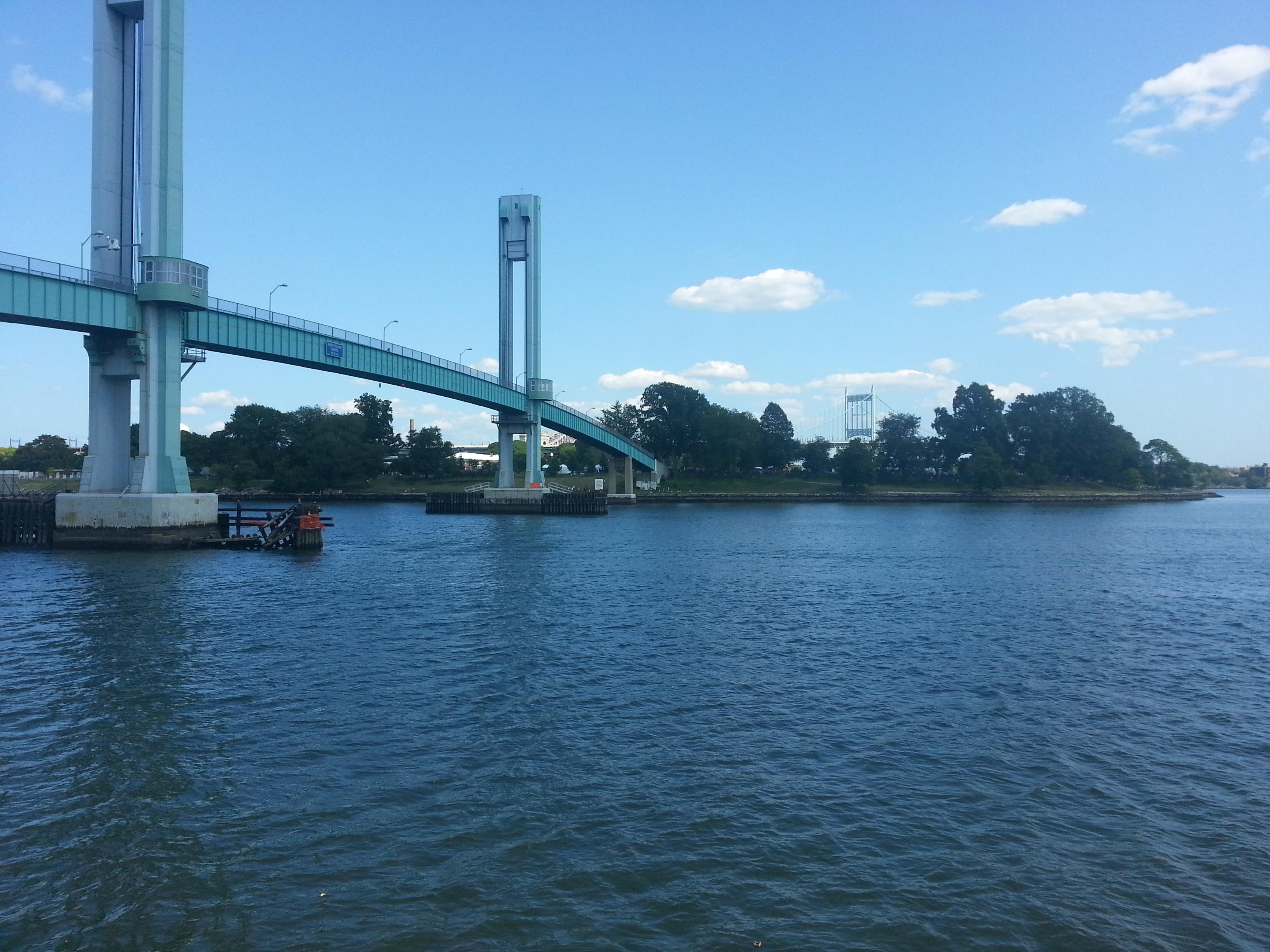 מבט על האי מגשר הולכי הרגל במנהטן